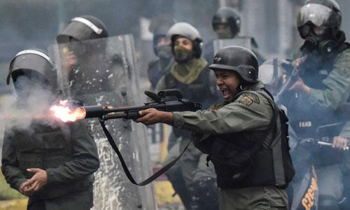 Lực lượng Vệ binh Quốc gia Venezuela bắn đạn hơi cay trấn áp người biểu tình tháng 4/2017. Ảnh: CNN.