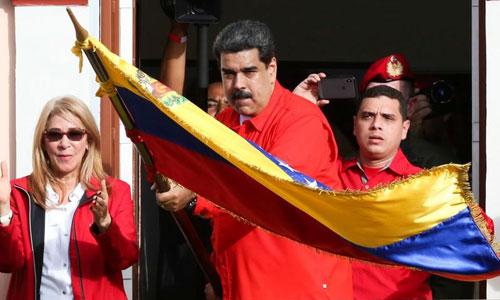 Tổng thống Venezuela Nicolas Maduro vẫy cờ trước những người ủng hộ hôm 23/1. Ảnh: CNN.