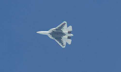 Mặt dưới chiếc Su-57 với màu sơn mang hình Okhotnik. Ảnh: Russian Planes.