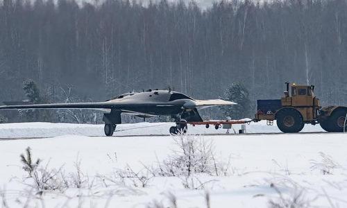Chiếc Okhotnik được kéo trên đường lăn nhà máy Novosibirsk. Ảnh: VK.