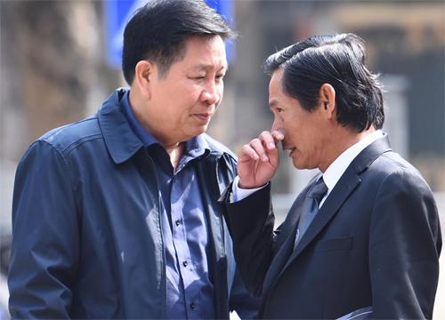 Bị cáo Bùi Văn Thành (cựu thứ trưởng Bộ Công an, bên trái) và luật sư bảo vệ quyền lợi. Ảnh: Giang Huy