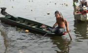 Đội ghe thuyền vây bắt cá ngay trước mặt người phóng sinh