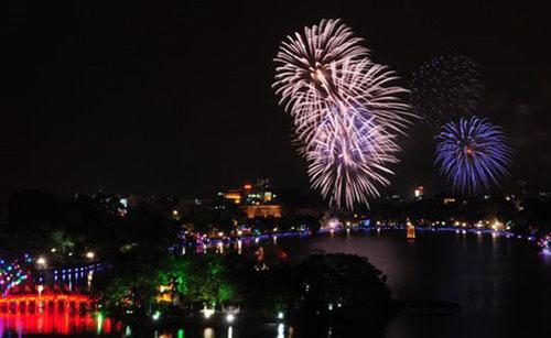 Bắn pháo hoa đêm giao thừa tại hồ Gươm (Hà Nội). Ảnh: GH.