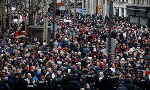 Đám đông tham gia cuộc tuần hành khăn đỏ ở thủ đô Paris, Pháp, ngày 27/1. Ảnh: AP.
