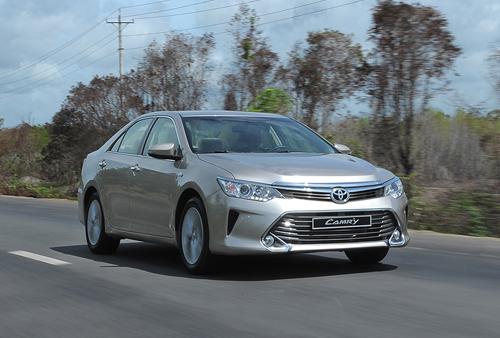 Toyota Camry trong buổi thử nghiệm tại Vũng Tàu năm 2014. Dòng sedan cỡ D này duy trì doanh số ổn định trong phân khúc.