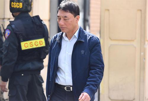 Cựu thứ trưởng Trần Việt Tân rời tòa án trong trưa 28/1. Ôngbị cáo buộc gây thiệt hại 155 tỷ đồng. Ảnh: Giang Huy