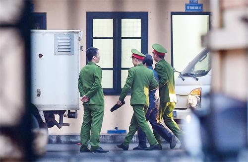 Trong 5 bị cáo có ba người bị tạm giam,hai cựu thứ trưởng Bộ Công an được tại ngoại. Ảnh: Giang Huy
