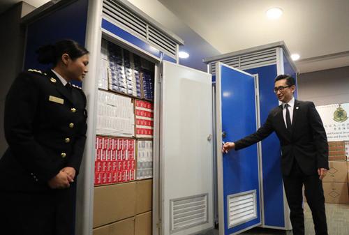 Hộp thuốc lá nhập lậu để chật kín phòng vệ sinh lưu động. Ảnh: SCMP.
