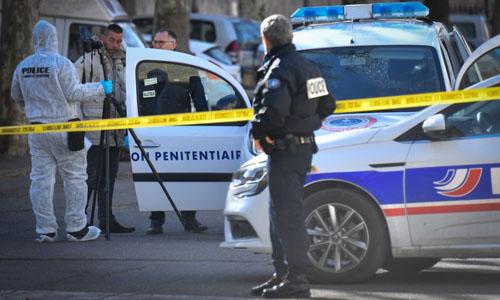 Cảnh sát tập trung bên ngoài tòa án tại thị trấn Tarascon, phía đông nam nước Pháp, nơi hai tay súng giải thoát một tù nhân. Ảnh: AFP.