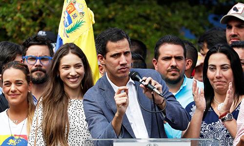 Tổng thống lâm thời tự xưng Juan Guaido và các thành viên Quốc hội Venezuela trong một cuộc tuần hành tại thủ đô Caracas, ngày 26/1. Ảnh: Reuters.