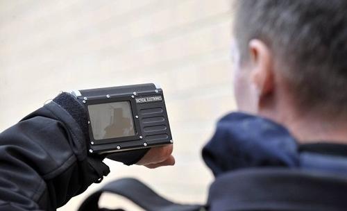 Camera cảnh khuyển truyền hình ảnh về màn hình trên tay người điều khiển. Ảnh: North News & Pictures.