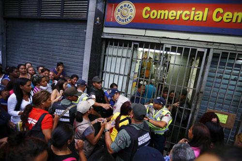 Dân Venezuela chen lấn bên ngoài một điểm phân phối lương thực. Ảnh: AFP.