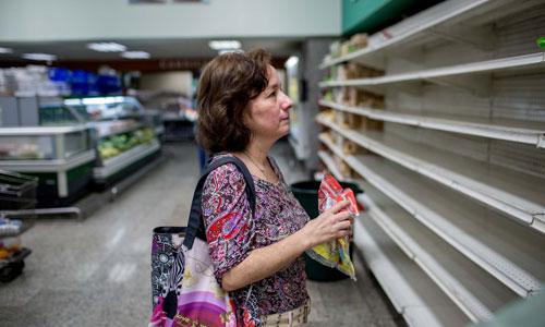 Các kệ siêu thị ở Venezuela thường xuyên trong trạng thái trống rỗng. Ảnh: MIC.