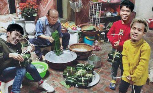 Tết đáng nhớ của thầy Park khi cùng các học trò gói bánh chưng.