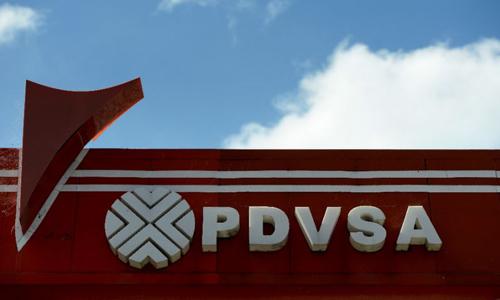 Logo của tập đoàn dầu khí quốc gia Venezuela (PDVSA) tại một trạm xăng ở thủ đô Caracas. Ảnh: AFP.
