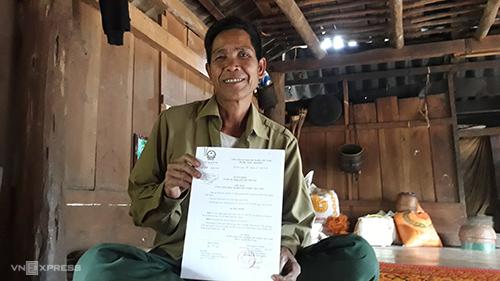 Ông Hồ Văn Kía vui mừng cầm quyết định trao quốc tịch Việt Nam sau 20 năm xâm cư. Ảnh: Hoàng Táo