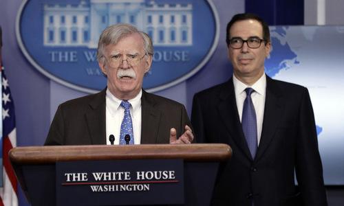 Cố vấn Bolton (trái) và Bộ trưởng Mnuchin công bố lệnh cấm vận. Ảnh: AFP.