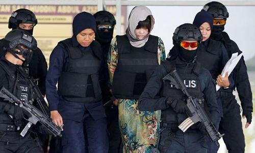 Đoàn Thị Hương (chính giữa) được áp tải khi rời tòa Malaysiangày 16/8. Ảnh: Reuters.