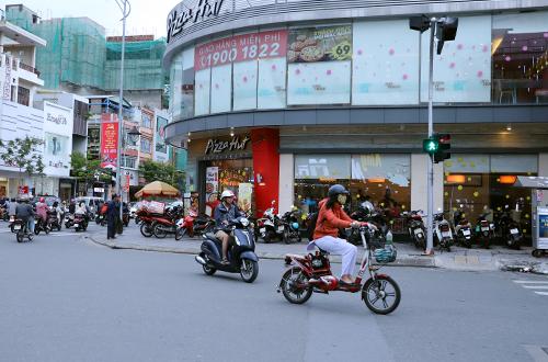 Khu đất 319 Lê Duẩn đang được cho thuê mở tiệm bánh. Ảnh: Nguyễn Đông.