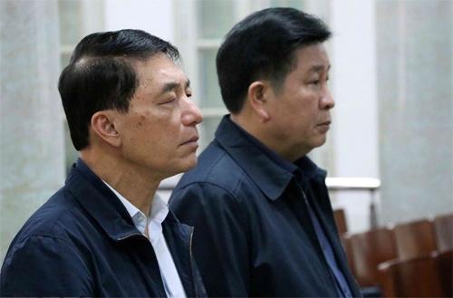 Hai cựu thứ trưởng Tân và Thành tại phiên tòa mở tại TAND Hà Nội. Ảnh: TTXVN