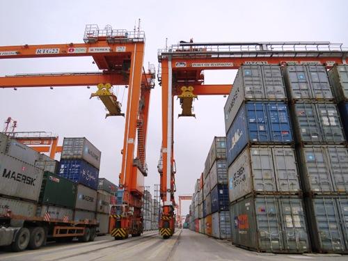 Hiện nay tại các cảng biển Hải Phòng đang tồn khoảng 5000 container trong đó phần lớn là conatainer phế liệu chưa được thông quan và các container chủ hàng đã từ chối nhận hàng. Ảnh: Giang Chinh
