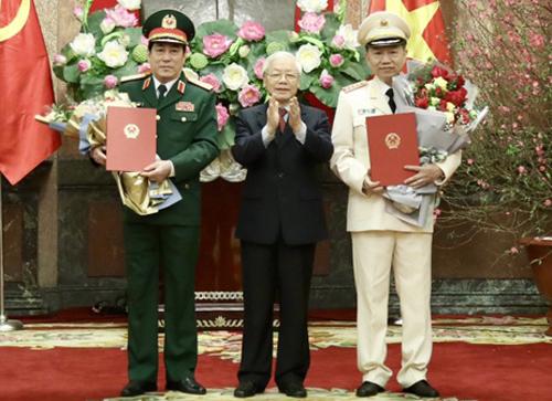 Tổng bí thư, Chủ tịch nước Nguyễn Phú Trọng trao quyết định thăng quân hàm cho hai thượng tướng Lương Cường (trái) và Tô Lâm (phải). Ảnh: Đức Anh