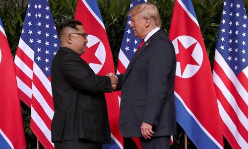 Tổng thống Mỹ Donald Trump (phải) bắt tay lãnh đạo Triều Tiên Kim Jong-un tại hội nghị thượng đỉnh ở Singapore hồi tháng 6/2018. Ảnh: Reuters.