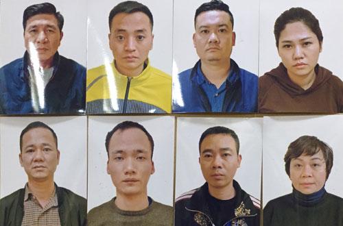 Tám trong 11 người bị cảnh sát tạm giữ. Ảnh: Đ. Dũng.