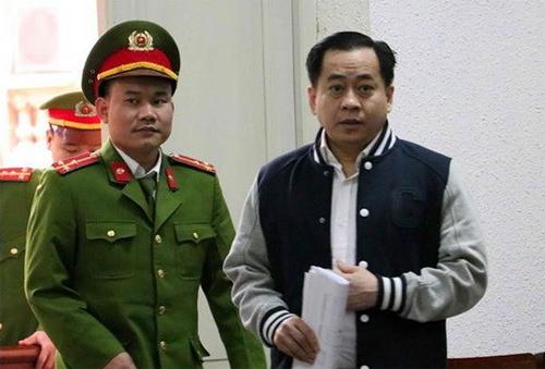 Bị cáo Vũ bị dẫn giải vào phòng xử án trong sáng 29/1. Ảnh TTXVN