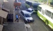 Người đàn ông nhảy vọt vào nhà tránh bị ôtô đâm