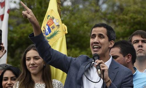 Chủ tịch Quốc hội Venezuela Juan Guaido phát biểu trước đám đông người ủng hộ tại thủ đô Caracas hôm 26/1. Ảnh: AFP.
