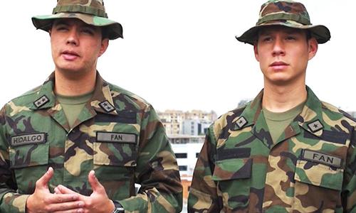 Binh sĩ đào ngũ Josue Hidalgo Azuaje (trái) và  Carlos Guillen Martinez (phải). Ảnh: CNN.