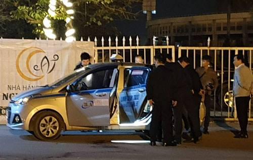 Tài xế mở cửa chạy khỏi xe được 15 m rồinằm bất động trên vũng máu. Ảnh: Sơn Dương