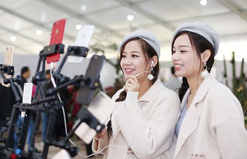 Hai live-streamer Fei Fei và Fang Fang quay video trực tuyến tại tỉnh Hà Nam. Ảnh: Rex
