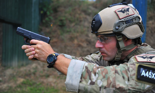 Lính đặc nhiệm không quân Mỹ huấn luyện cùng một khẩu Glock 23. Ảnh: USAF.