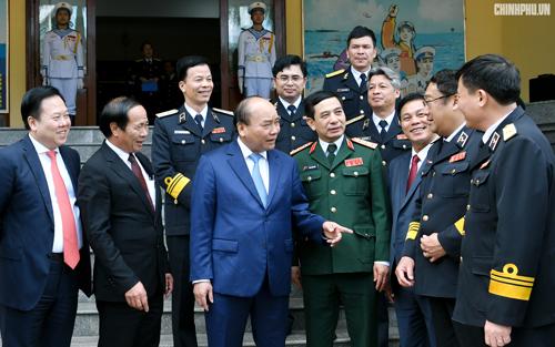 Thủ tướng trò chuyện cùng cán bộ Bộ Tư lệnh Hải quân. Ảnh: VGP.