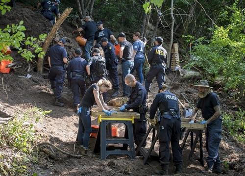 Cảnh sát Toronto khám nghiệm hiện trường phát hiện xác nạn nhân hồi tháng 7/2018. Ảnh: Canada Press.