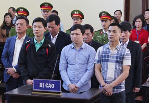 Bảy bị cáo nghe tuyên án. Ảnh: báo Hòa Bình