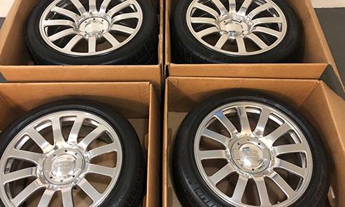 Bốn bánh xe Bugatti Veyron được rao bán trên một trang thương mại điện tử tại Mỹ. Ảnh: Motor1