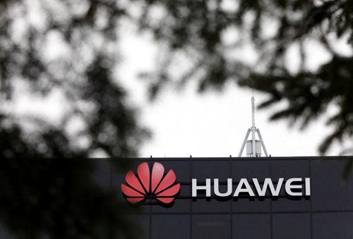 Logo Huawei bên ngoài cơ sở nghiên cứu của công ty này tại Canada. Ảnh: Reuters.