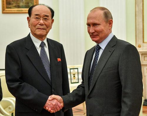 Tổng thống Nga Putin (phải) bắt tay Chủ tịch quốc hội Triều Tiên Kim Yong-nam tại Điện Kremlin tháng 6/2018. Ảnh: AFP.