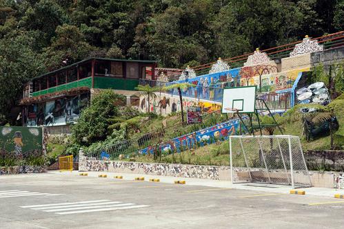 Sân bóng một thời đã được cải tạo thành bãi đỗ xe của La Catedral. Ảnh: Tom Griggs.