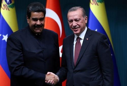 Maduro (trái) và Tổng thống Thổ Nhĩ Kỳ Erdogan tại Ankara tháng 10/2017. Ảnh: Reuters.
