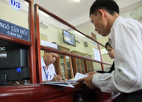 Cán bộ TP Đà Nẵng tiếp công dân. Ảnh: Nguyễn Đông.