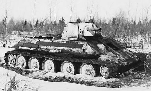 Một xe tăng T-34 mắc kẹt trong đầm lầy trong Thế chiến II. Ảnh: RBTH.