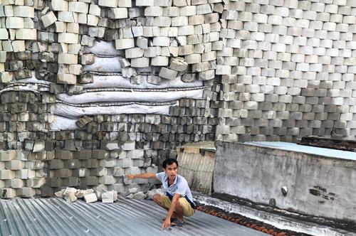 Dự án xây biệt thự trên đồi ởNha Trang bong tróc, bêtông rơi xuống nhà dân. Ảnh: Xuân Ngọc.