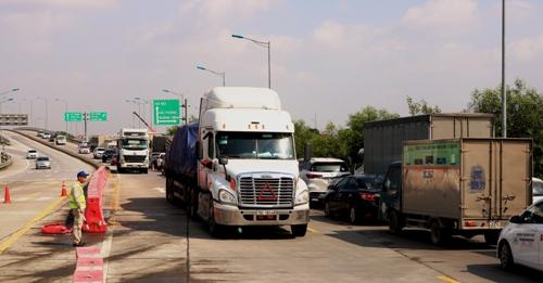 Hàng trăm xe ô tô ùn tắc tại đường dẫn dẫn vào đường cao tốc và đường ra cao tốc. Ảnh: Giang Chinh