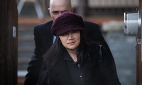 Mạnh Vãn Chu rời nhà tới trình diện tòa án ở Vancouver hôm 29/1. Ảnh: Canadian Press.