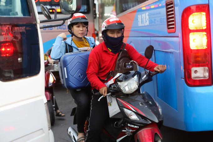 Người dân về Tết phải cuốc bộ vào bến xe ở Sài Gòn vì tắc đường