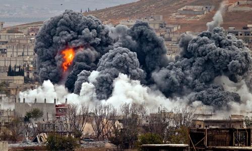 Khói bốc lên sau cuộc không kích của Mỹ ở Kobani, Syria tháng 11/2014. Ảnh:Reuters.